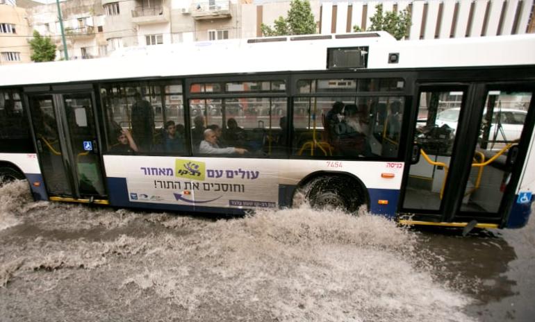 אוטובוס בגשם